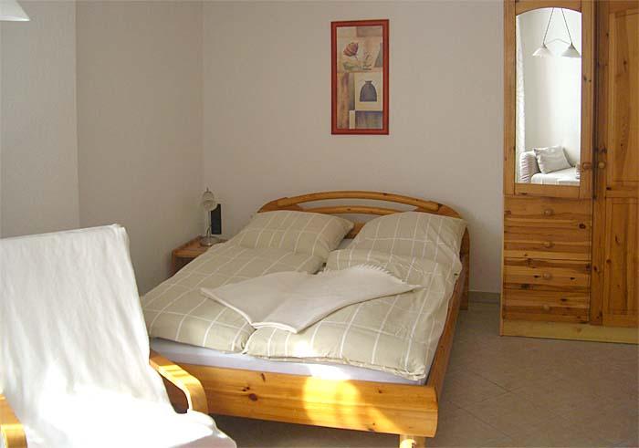 Fewo Pirna Schlafzimmer mit gemütlichen Holzmöbeln