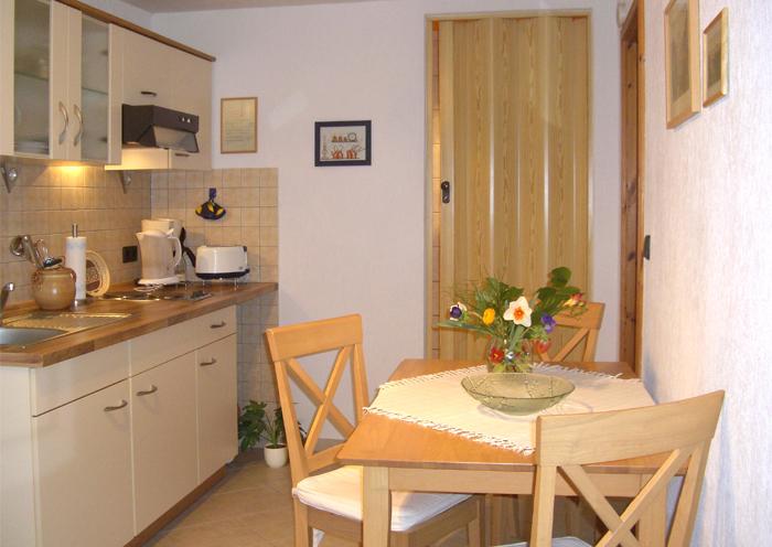 Küche mit gemütlicher Essecke