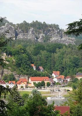 Kurort Rathen mit Fähre und Felsmassiv der Bastei  - Foto: die-infoseiten.de