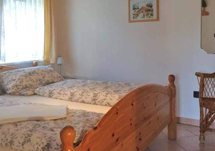 Schlafzimmer mit gemütlichem Doppelbett